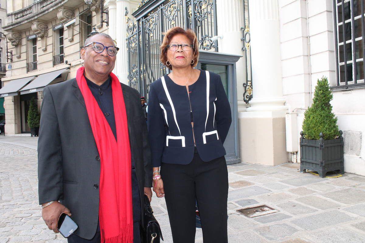 Alain Bafau et Marie-Laure Phinera Horth devant les grilles de l'hôtel de Bauveau le 16 septembre 2016