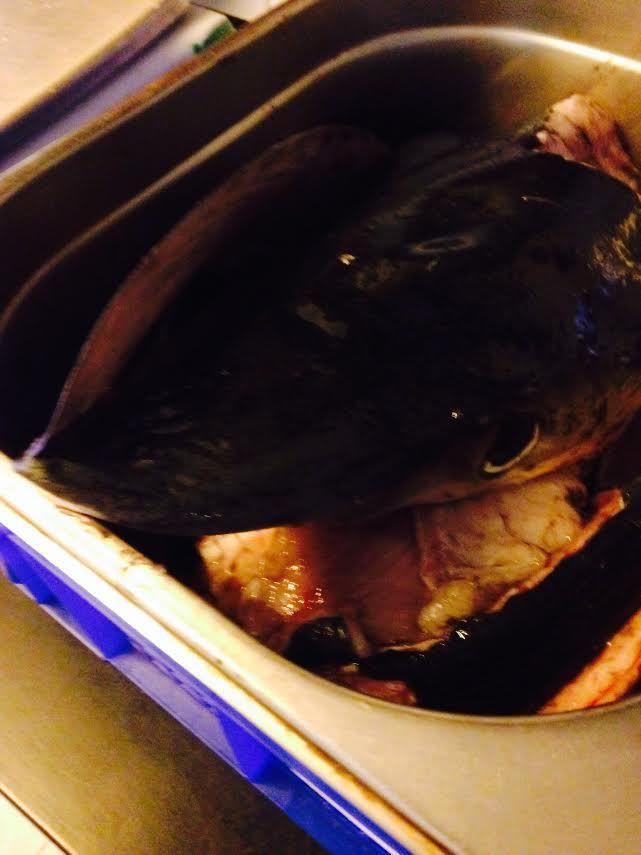 La Claire de Picardie joue à la poissonnière au Lapin Blanc en vendant du « chien de mer » tout bleu…