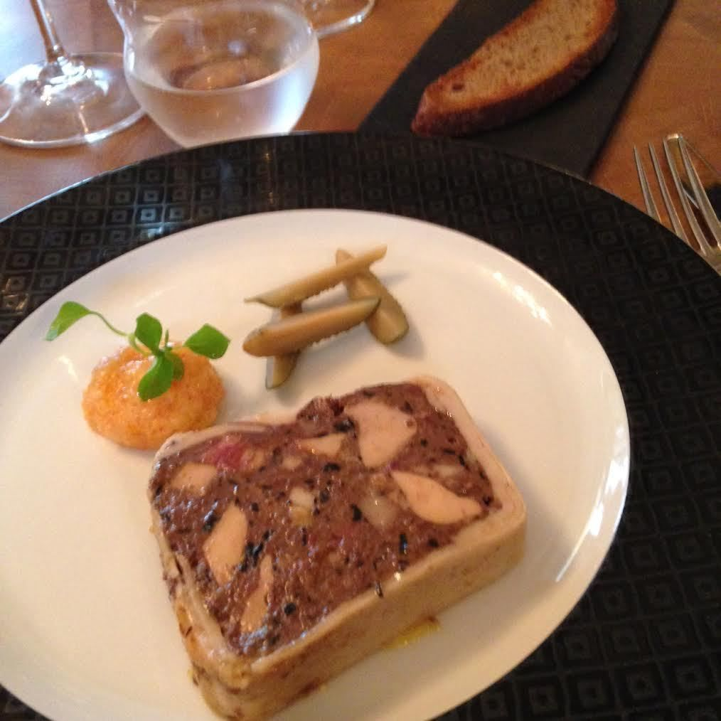 Terrine de Grouse, En terrine traditionnelle parfumé au scotch whisky&#x3B; moutarde de Crémone, cornichons de la maison Marc et pain de seigle toasté.