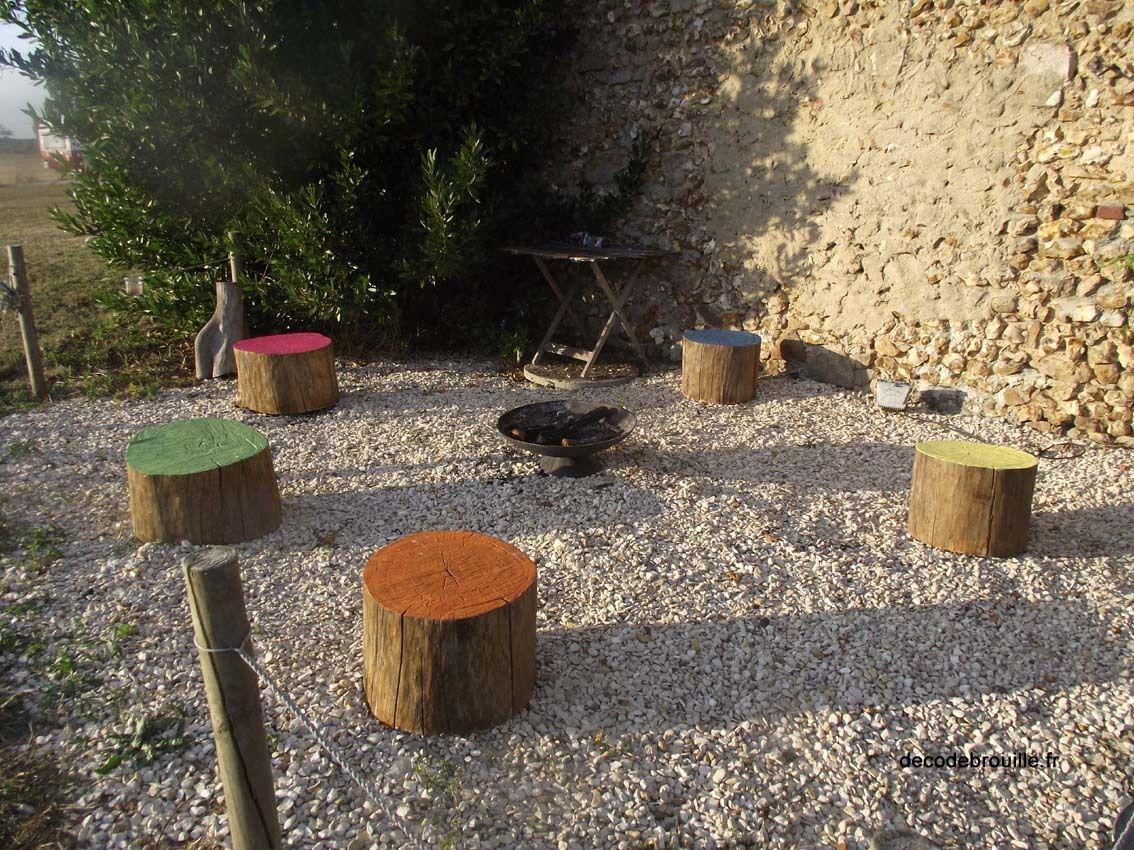 """Le coin """"foyer"""" où les rondins de bois ont été peints avec des restes de peintures colorées..."""