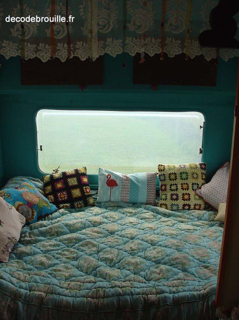 """Le coin nuit avec un vieux dessus de lit récupéré il y a quelques années dans notre maison de famille de l'Aveyron et aux murs un joli bleu """"pépite de jade"""" !"""