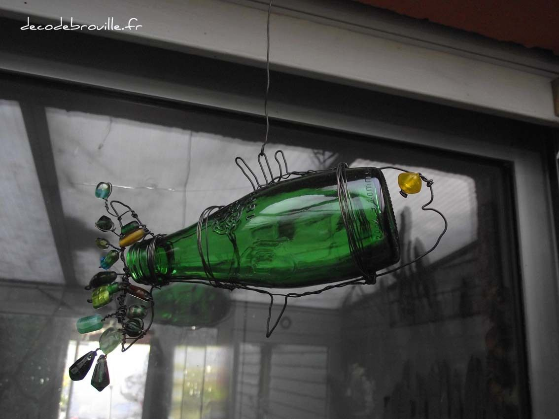 Une bouteille de Perrier et des perles de verre récupérées sur un vieux rideau !