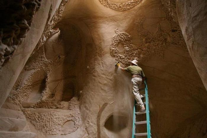 Un homme s'est isolé de la société il y a 25 ans, l'intérieur de sa grotte est éblouissant
