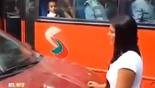 Elle bloque le trafic après avoir surpris son mari en compagnie de sa maîtresse