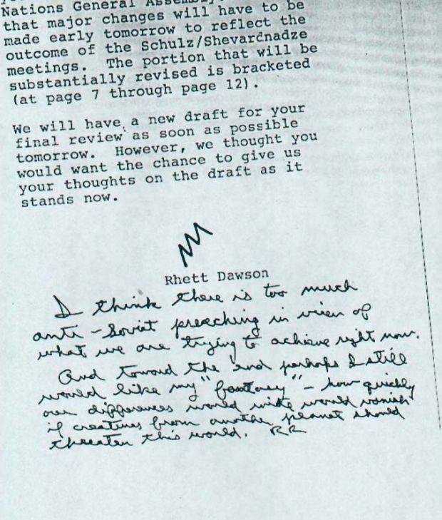 """Un mémo d'un conseiller anoté de la main de de Ronald Reagan daté du 17 septembre 1987. Le président demande que l'on inclue dans un discours sa """"fantaisie"""" selon laquelle """"toutes nos différences seraient bien vite oubliées si les humains étaient menacés par des créatures extraterrestres"""". """"Votre 'fantaisie' a été ajoutée' """" répondra le conseiller Rhett Dawson."""