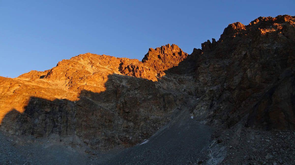 Alpinistes sur le sentier et soleil levant