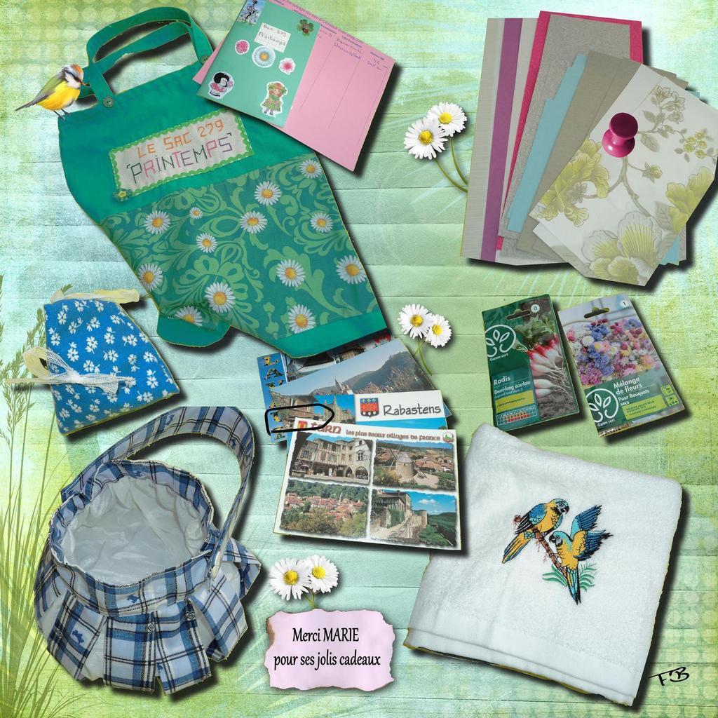 Une serviette brodée, un sac bleu, 2 sachets de graines (fleurs et radis), des cartes postales, un sachet de lavande et du papier pour le scap