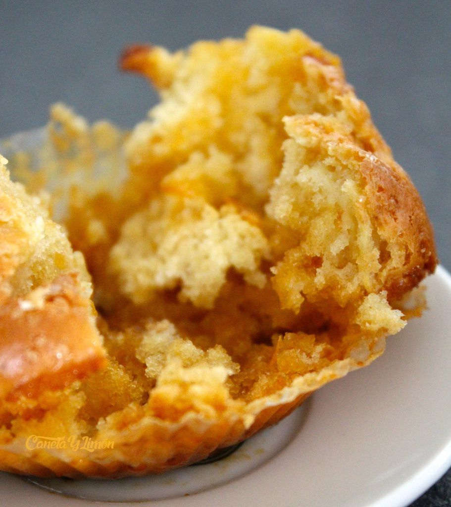"""Sur les conseils de ma maman qui m'a dit """"ouvre tes gâteaux, ça fait toujours plus envie quand on voit l'intérieur!!"""", voici le résultat. Une jolie texture, légère, pas trop sucrée, les pommes sont presque invisibles mais le goût est là...Enfin, le top! Je vous le recommande!"""