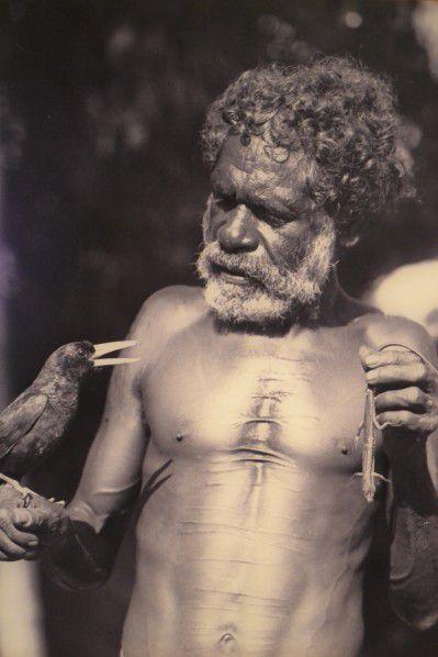 """De même qu'ils communiquent avec l'esprit de l'animal pour savoir si celui-ci est prêt à sacrifier sa vie pour faire le repas de la tribu, ou avec l'esprit végétal pour savoir si telle ou telle plante est prête à être cueillie pour honorer un repas. Les Aborigènes sont sans cesse en communion avec la nature. Les Aborigènes ne sont pas animistes, ils ne croient pas au fait que tout objet ait une âme. Ils ne croient pas au fait qu'une pierre puisse avoir une âme, mais ils peuvent croire au fait qu'une certaine pierre puisse avoir été créée par un Dieu durant la Période de Création.  Ce qui est le cas du célèbre Ayers Rock, Uluru de son nom aborigène, le célèbre rocher sacré pour les Aborigènes, perdu au milieu du désert en plein coeur de l'Australie. Les Aborigènes croient que beaucoup de plantes et d'animaux sont interchangeables avec la vie humaine à travers la réincarnation de l'esprit ou de l'âme et que cela est en corrélation avec la Période de la Création, lorsque ces animaux et ces plantes étaient des humains. Ils croient également au fait qu'un Esprit puisse protéger un lieu… Ce qui est le cas dans le nord de l'Australie, dans le Parc National de Karrijini où il y a un endroit en particulier parmi tant d'autres. Il s'agit d'une """"piscine"""" naturelle, appelée Fern Pool et ayant toute une histoire pour le peuple des Aborigènes de la région. Ceux-ci pensent qu'un Esprit surveille cette """"piscine"""" et qu'avant de s'y baigner, il faut se présenter à l'Esprit afin de se faire connaître et de part ce fait, obtenir l'autorisation de se baigner. Des croyances de ce genre, le peuple Aborigène en regorge et c'est ce qui fait la beauté et la pureté de ce peuple."""