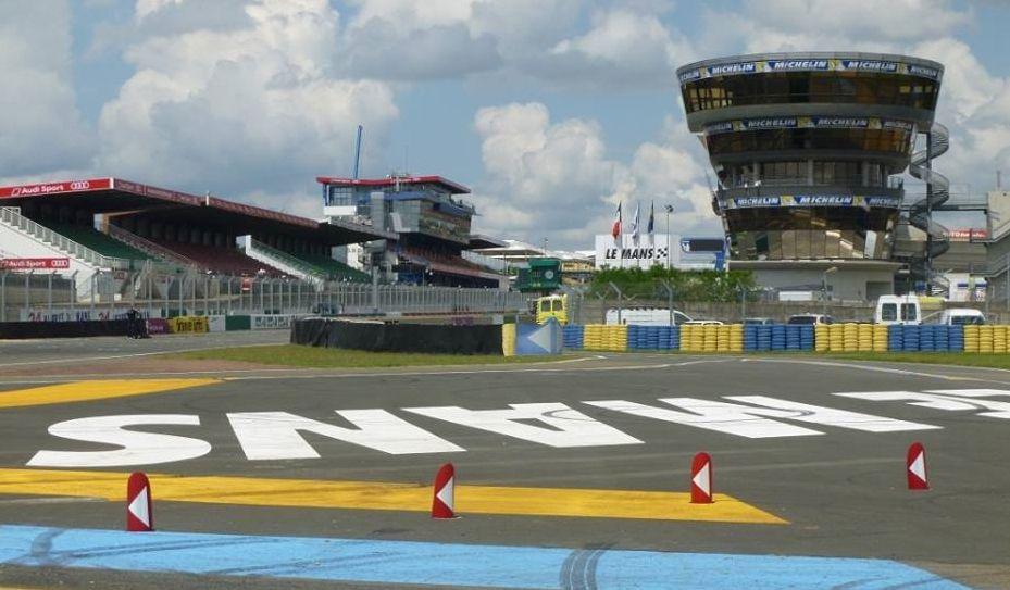 L'entrée de la ligne droite des tribunes  depuis le virage du raccordement- Le Mans