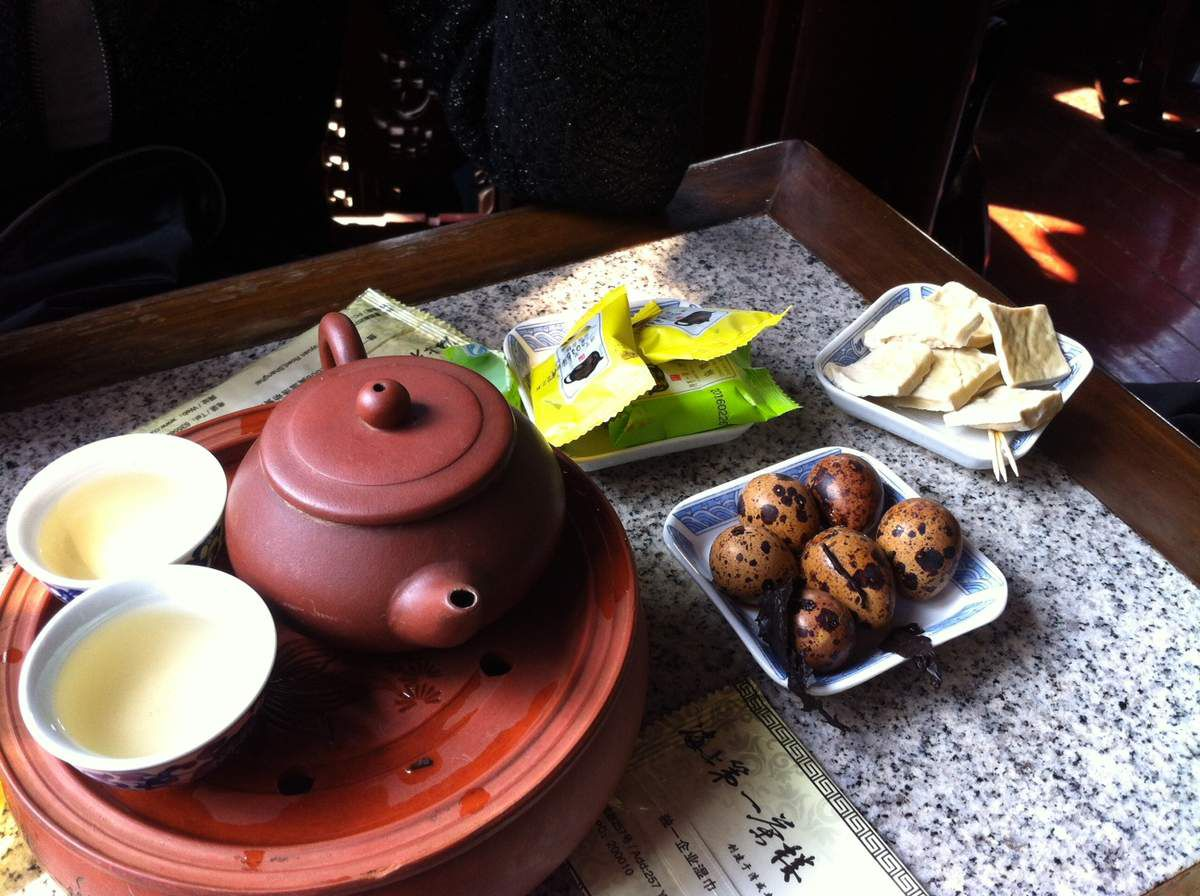 Oolong tea 烏龍茶 with some little snack in 湖心亭