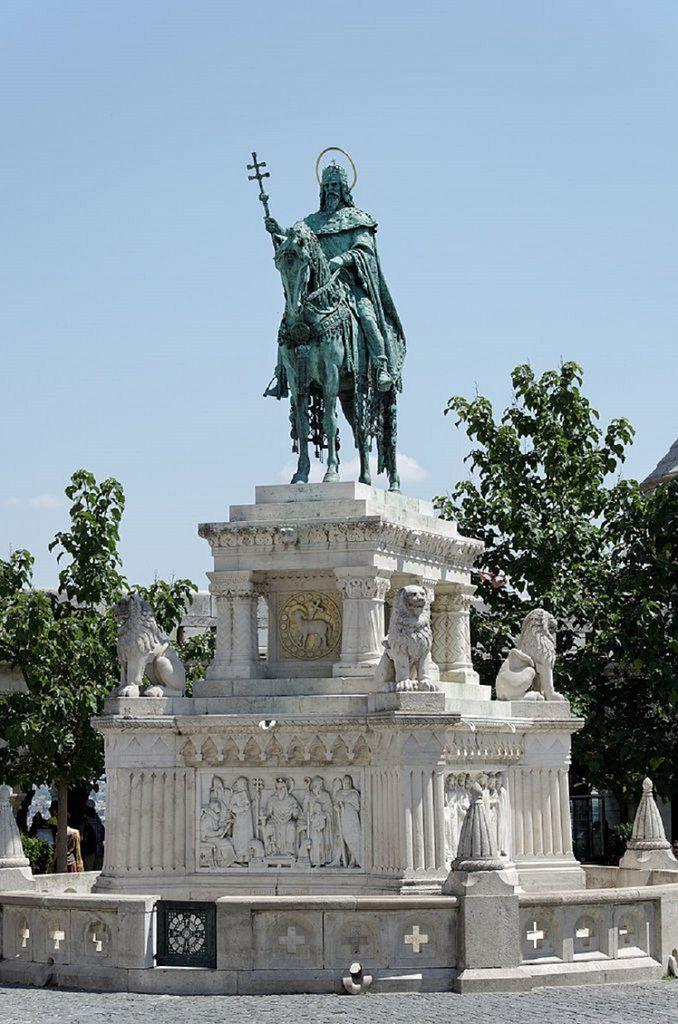 Statue équestre de Saint Étienne dans la vieille ville de Buda.