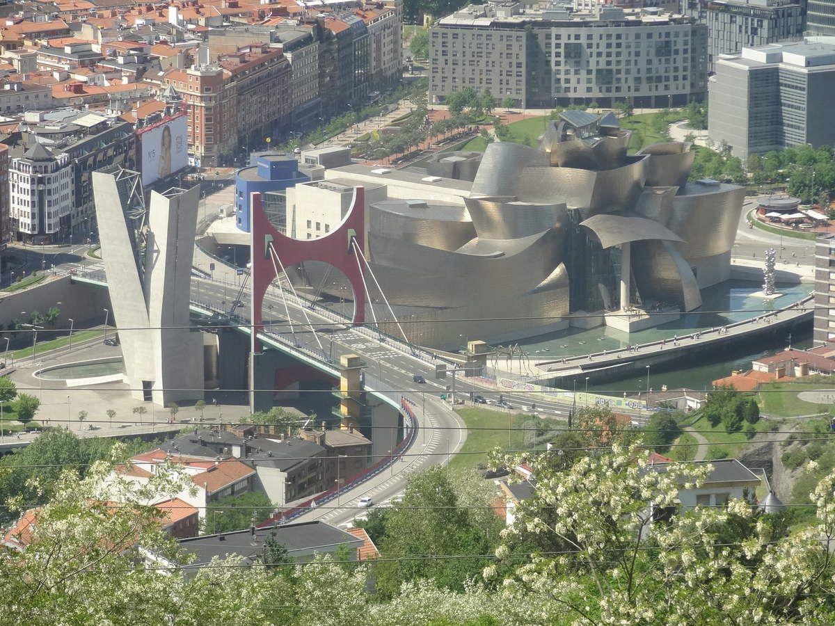 Le Guggenheim vu de haut en téléphérique au-dessus de Bilbao