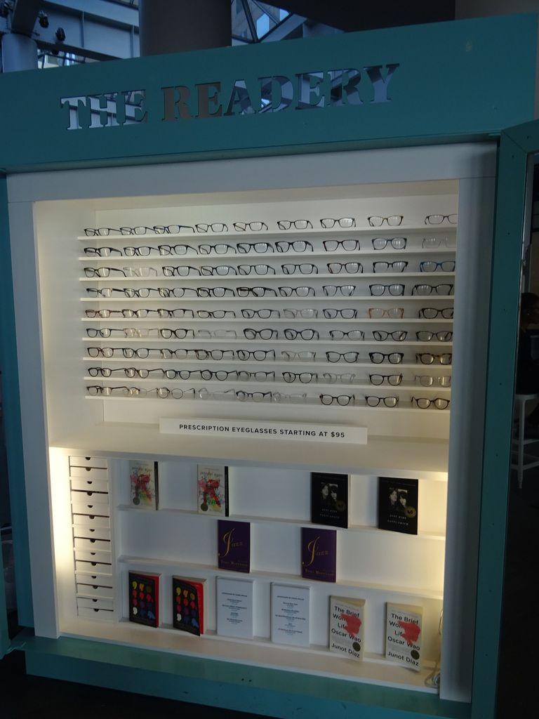 La moitié des linéaires est réservée aux lunettes et l'autre moitié aux livres