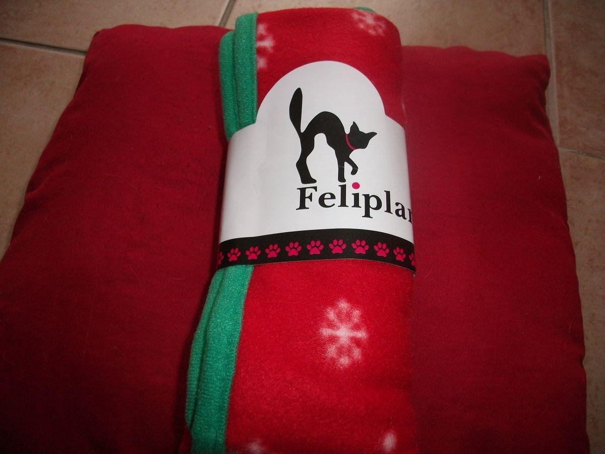 une couverture. Alors j'apprécie parce que le chat aime à uriner sur les affaires du chien (j'avais dit qu'il n'était pas méritant), ça nous en fait une de rechange et en plus bibi chien aime les plaids. Bon c'est une marque pour chat et apparemment un produit de Noël mais je prends, pas de soucis