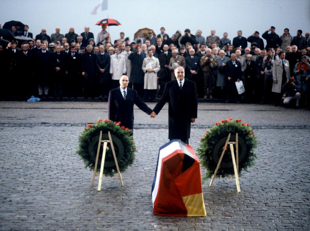 Document 1 : François Mitterrand et Helmut Kohl main dans la main à Douaumont (Meuse) en 1984