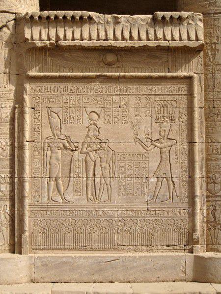 Il avait décidément tout pour plaire, il fut probablement la divinité la plus sympathique, l'enfant-dieu Ihy (2)... En Égypte ancienne !