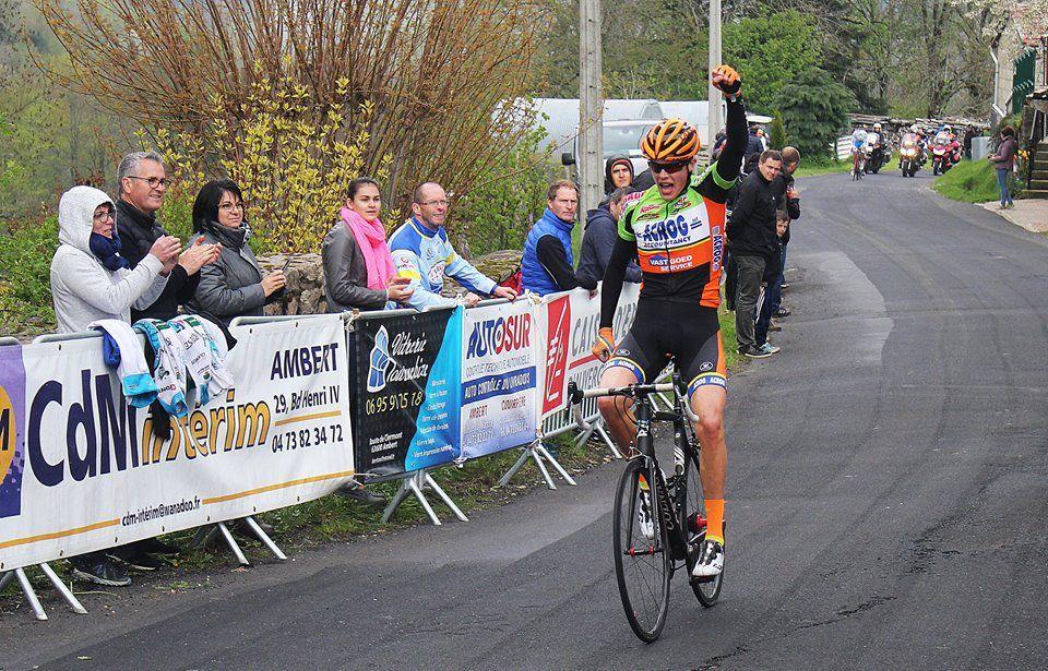 L'arrivée victorieuse de Ward Van Hoof   (https://www.facebook.com/Charlotte.Martinphotography/)