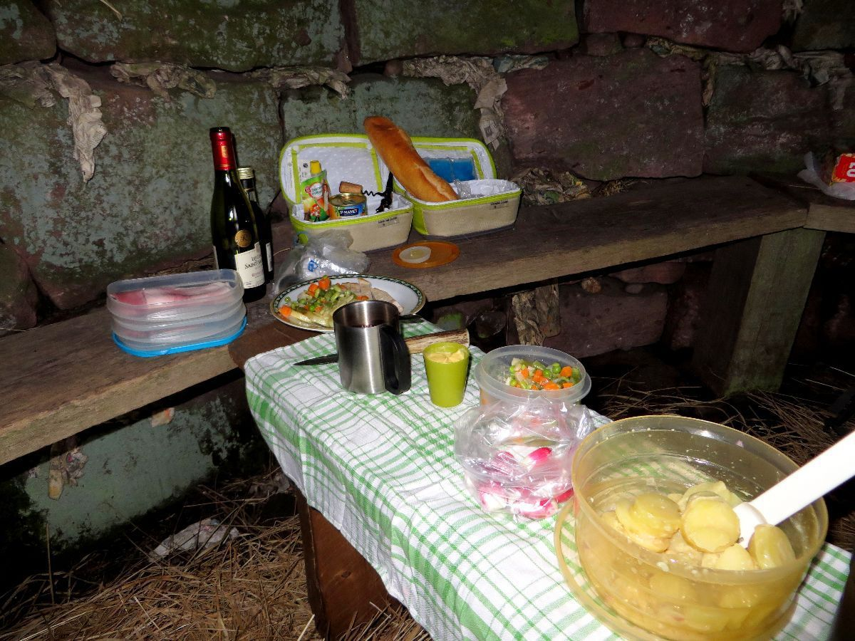 Salle à manger dans l'abri de la Haute Loge