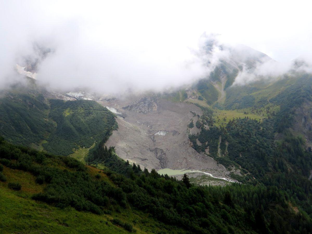 Partie basse du glacier de Bionnassay au pied du Mont Lachat