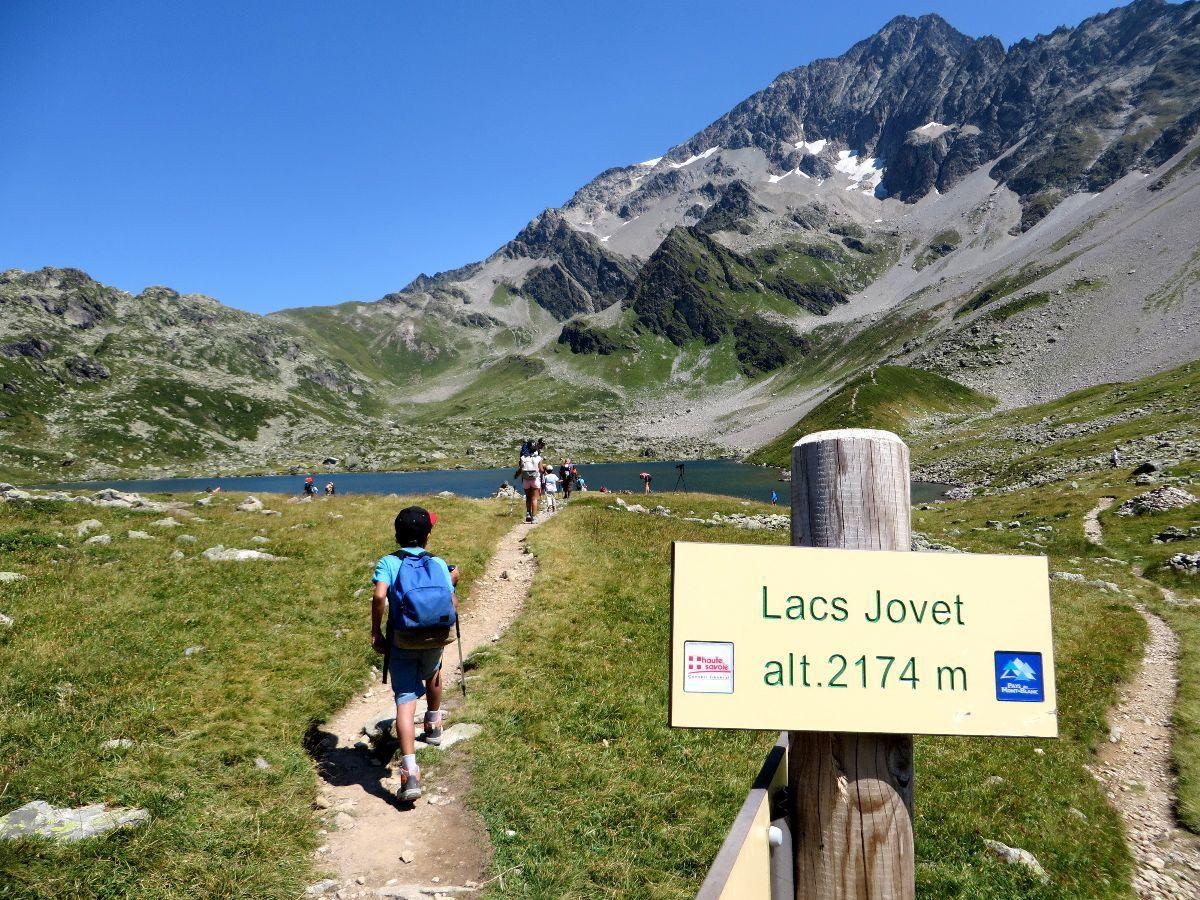 Il est 13 heures 10, nous arrivons en vue des lacs Jovet après 03 heures 10 de marche (pauses comprises)