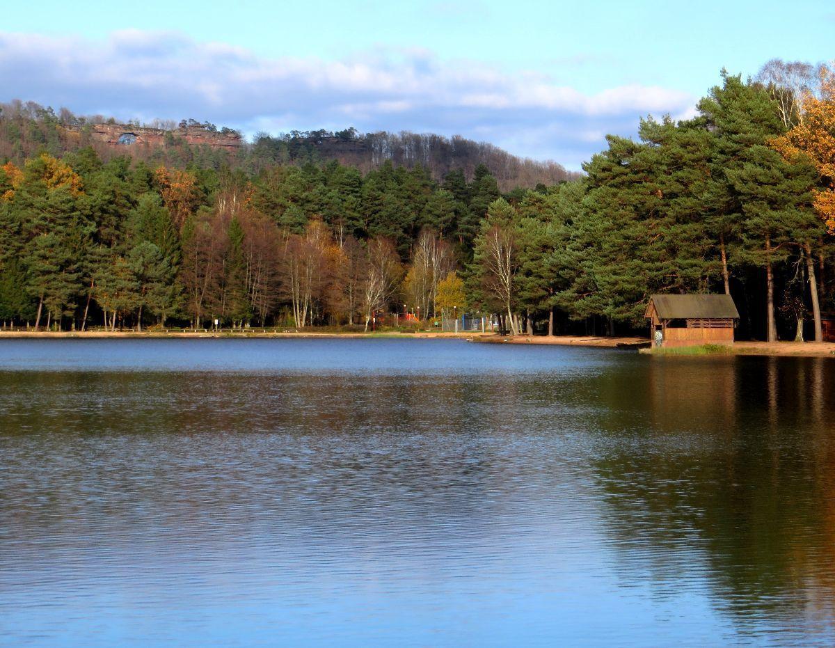 L'étang de Hanau et la barre rocheuse des Erbsenfelsen