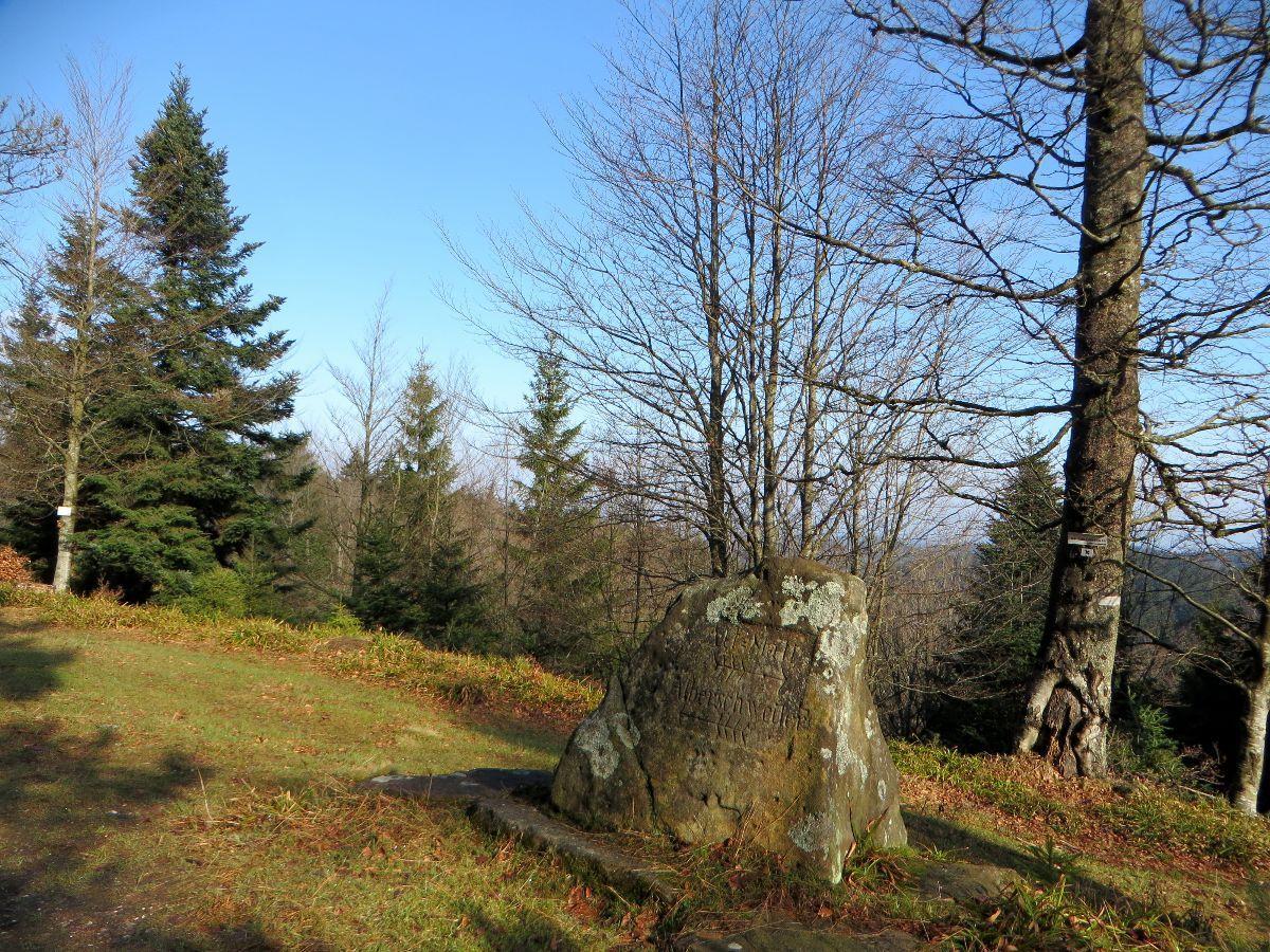 Le Grossmannstein, les directions sont gravées dans un rocher de grès des Vosges
