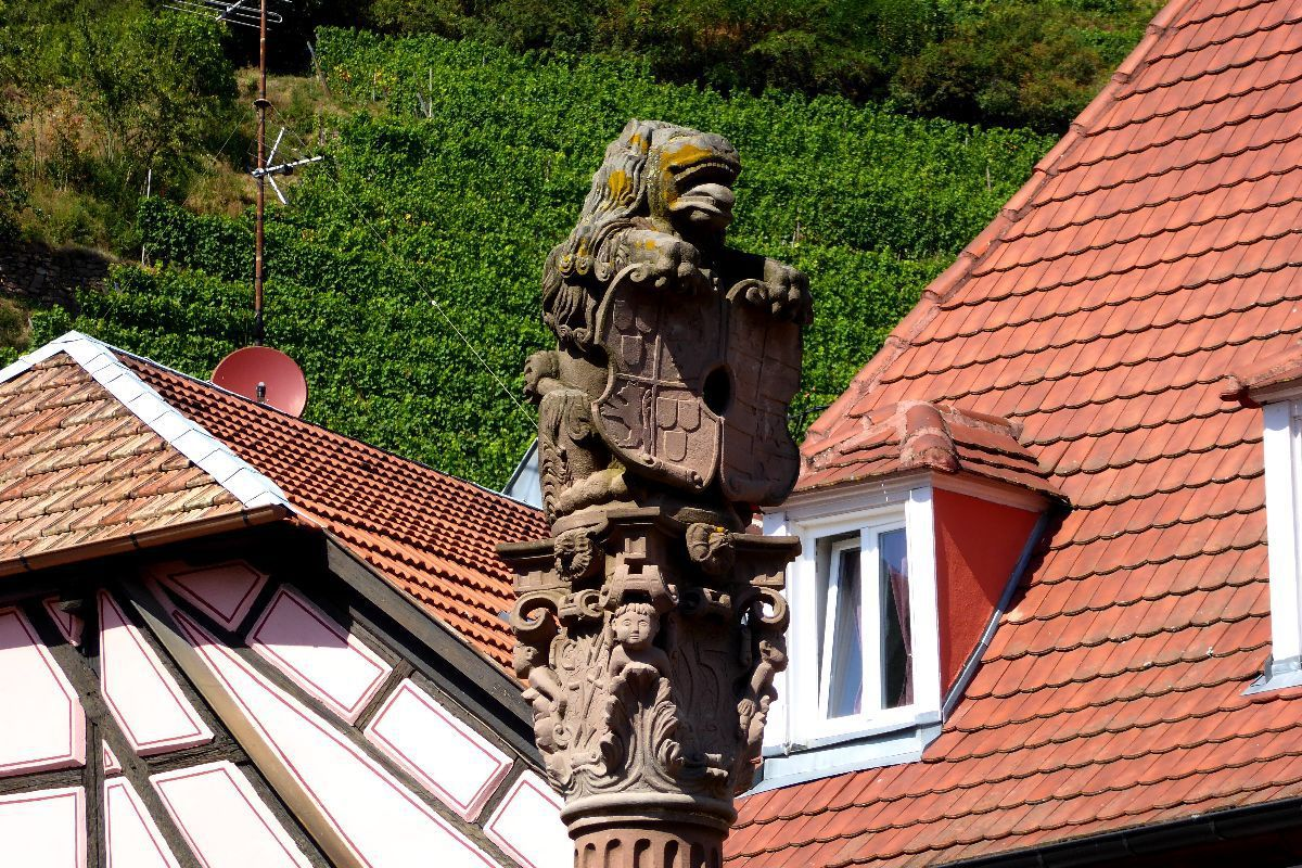 Sculpture de lion avec armoiries de la ville de Ribeauvillé  sur la colonne d'une fontaine