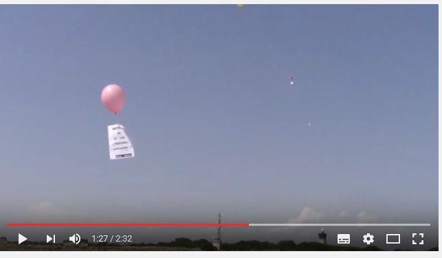 """Opération """"lancé de ballons à l'attention de Valls"""" lors de sa visite à L'Espiguette ce vendredi 1er juillet 2016"""