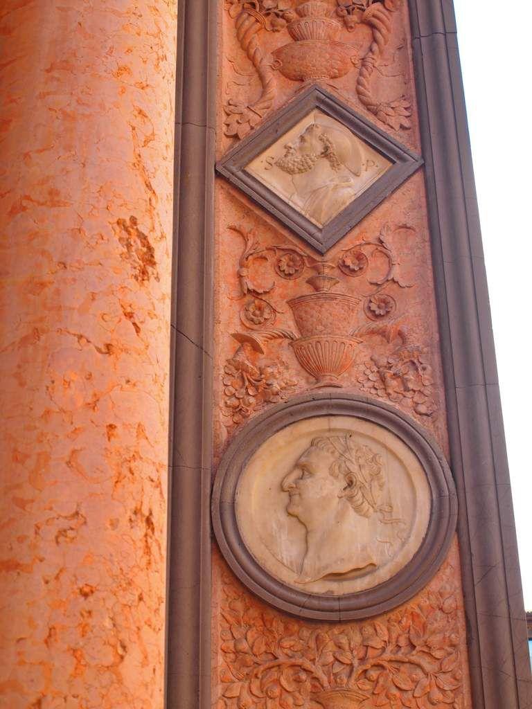 Représentations en marbre de César et de Hercule.