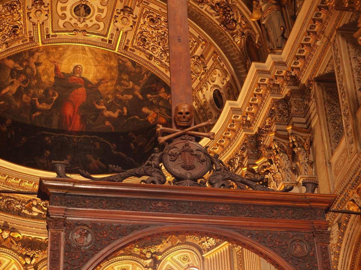 Dans la Cappella, une tête de mort au pied de la croix.
