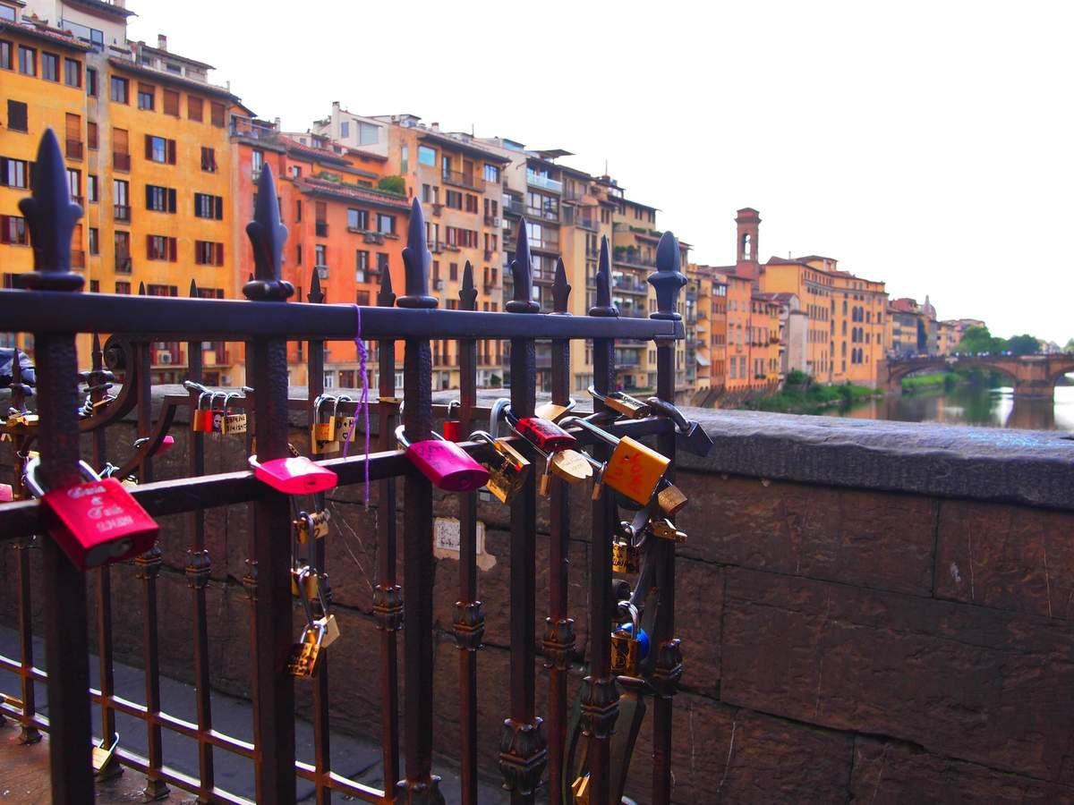Des cadenas sur la grille de la statue Cellini.