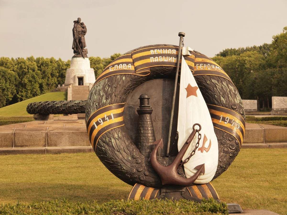 Hommage à la marine soviétique qui elle aussi a été mise à contribution durant la guerre.