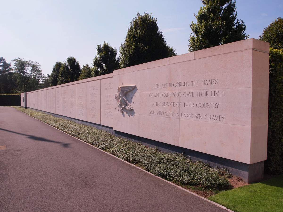 Le mur des 444 soldats et aviateurs disparus dont les corps n'ont jamais été retrouvés.
