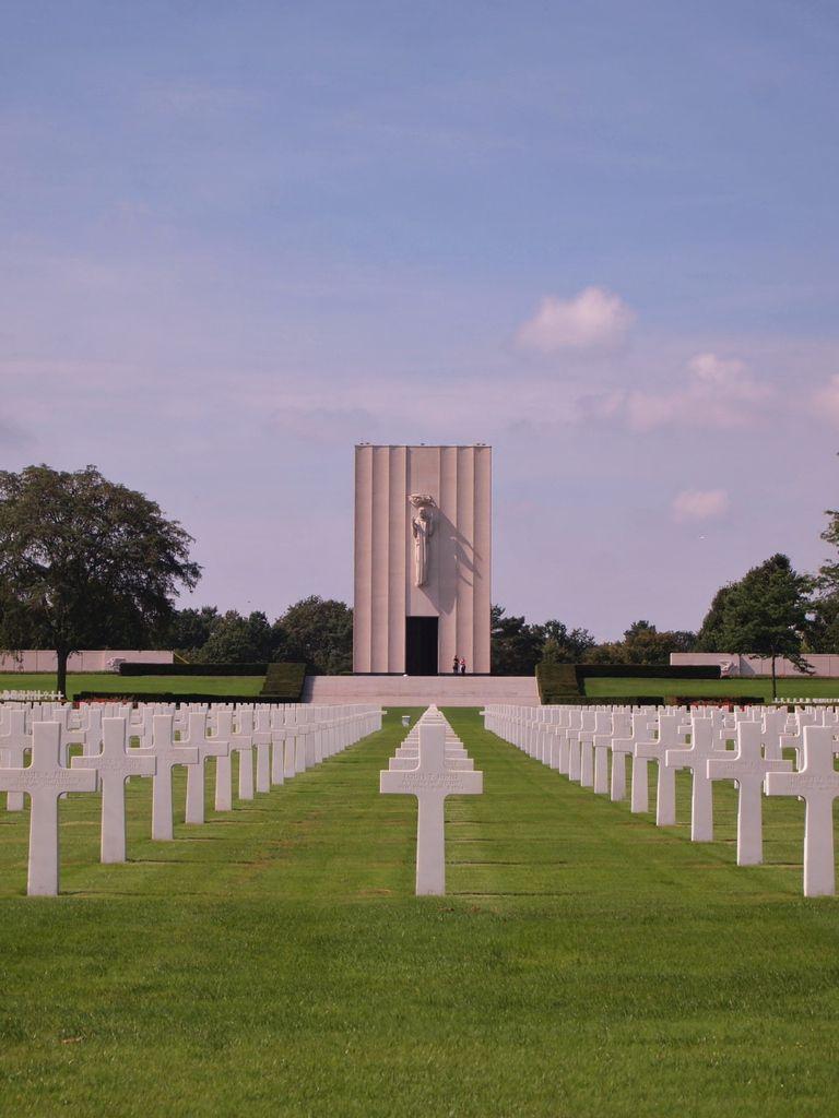 Dans un parfait alignement, le Mémorial domine les stèles funéraires.