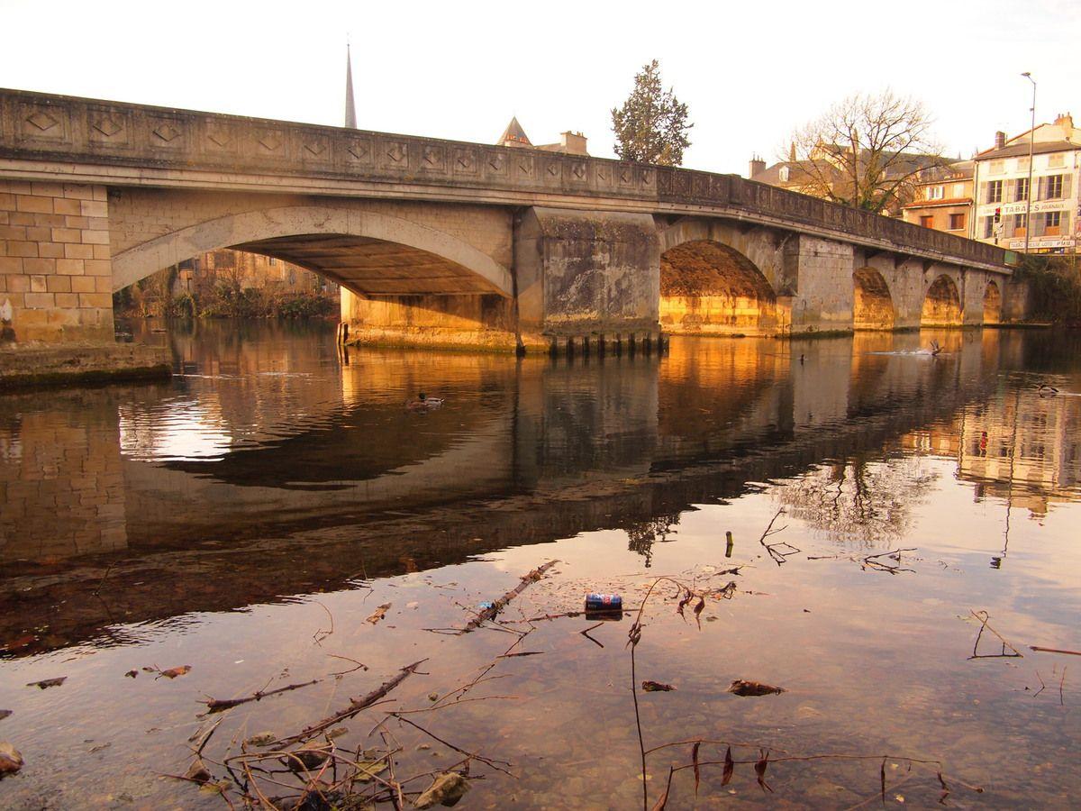 Le Clain est particulièrement bas au Pont Joubert à Poitiers