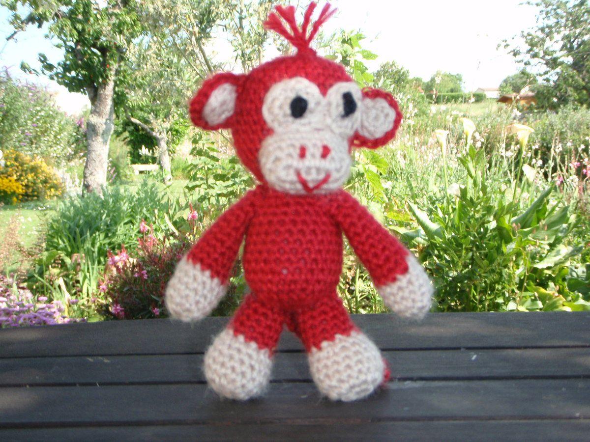 Un singe, amigurumi au crochet