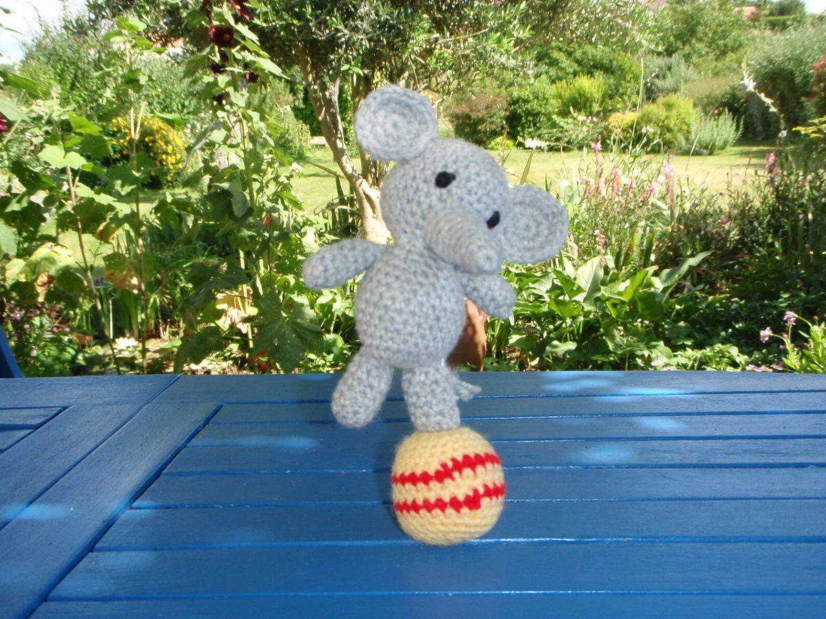 Eléphant acrobate, amigurumi au crochet