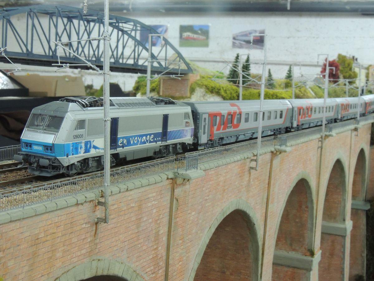 Une BB 26000 EV est en charge de la belle rame LSM du PARIS MOSCOU sur le viaduc peu après COURBEVILLE