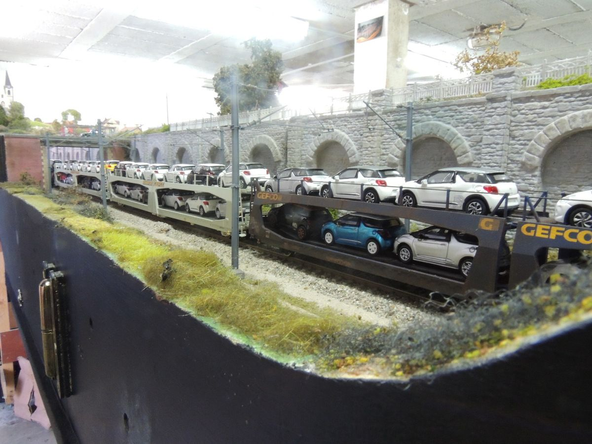 Dans la tranchée de BELLEVUE une BB 27000 est en charge d'un long train d'automobiles neuves