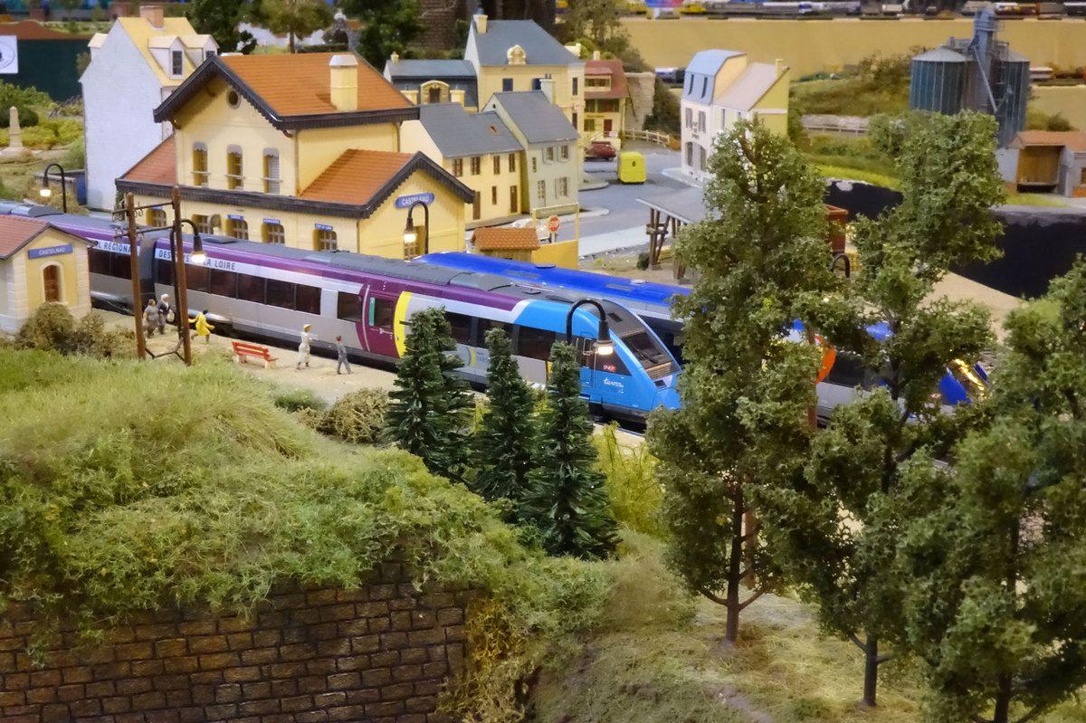 A Castelnau, croisement d'un X 72500 et d'un X 73000.