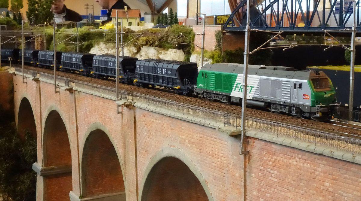 Nous retrouvons maintenant la BB 75014 Fret et son train complet de charbon sur le viaduc de la Grande Crevasse.