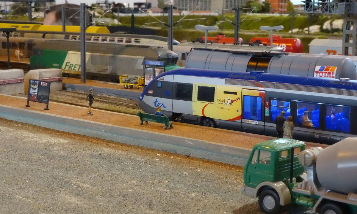 Nous suivons toujours la rame de citernes qui entre maintenant en gare de Verrières.