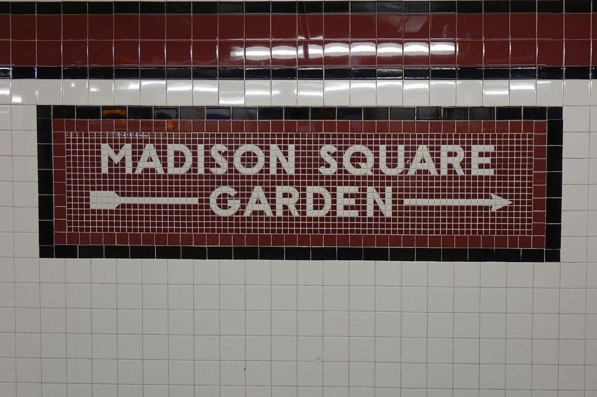 Dans la station de métro de New York desservant la gare de Penn Station, la sortie en direction de la célèbre salle de spectacles du Madison Square Garden est clairement indiquée.