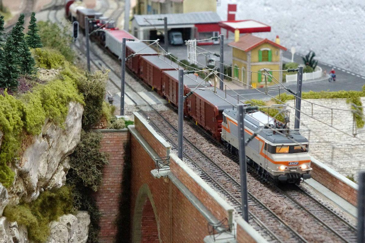 En tête d'un train de fret, une BB 22200 s'engage sur le viaduc de la Grande Crevasse.