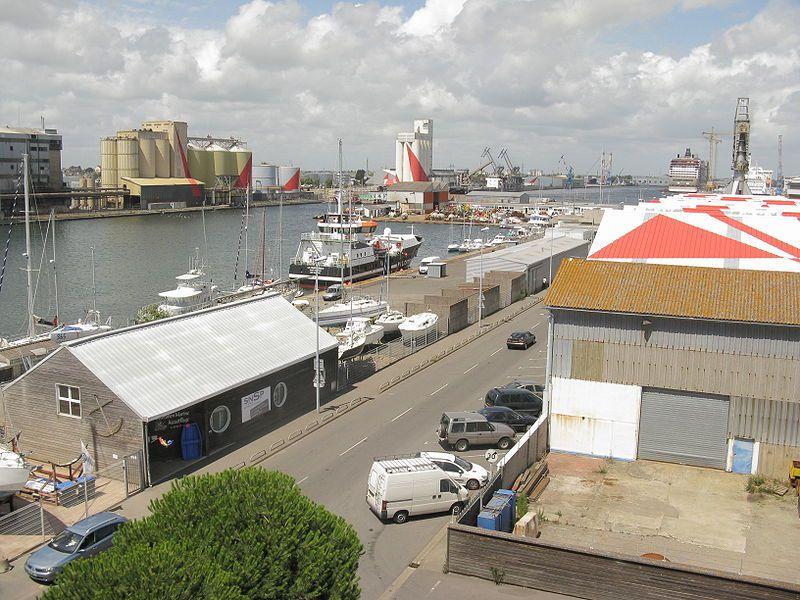 Saint-Nazaire, le port, aperçu sur sur plusieurs triangles rouges, Felice Varini, wikipedia Demeester