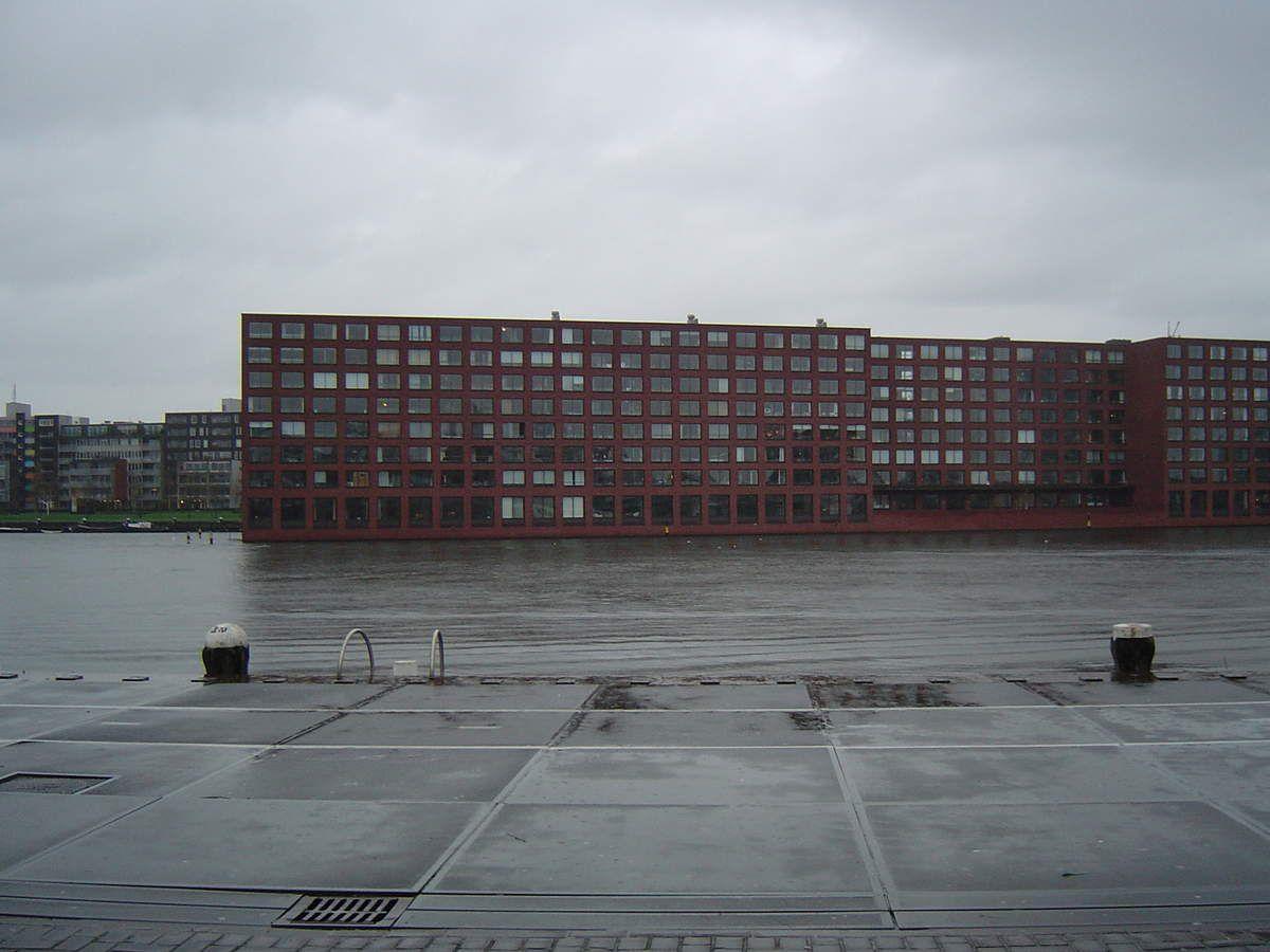 Amsterdam, Java Eiland, immeuble face au Llyod Hôtel, le jour sous la pluie, Cl2. Elisabeth Poulain