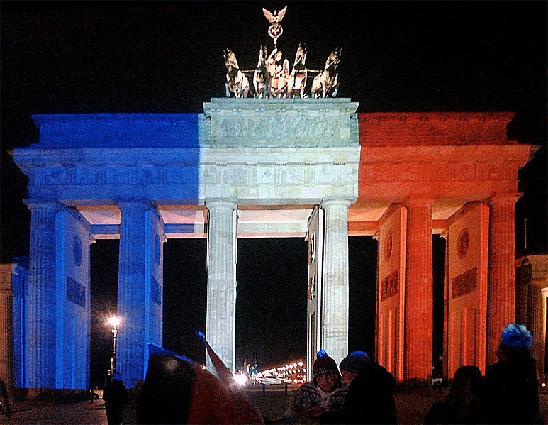 Pray for Paris-Berlin-Brandenburger-Tor-aux-couleurs-de-la-France-wikipedia-hansjürgend2013-VielenDank