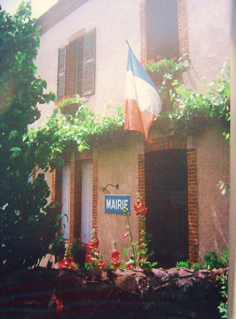 La France, ses emblèmes, le drapeau, la mairie, Vallée du Haut-Allier, Cl. Elisabeth Poulain
