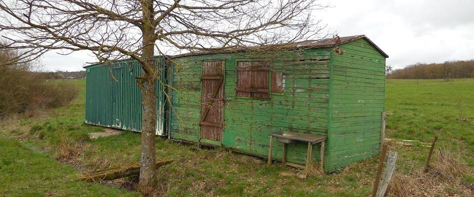 La-petite-maison-verte-&-son-hangar-sur-la prairie-verte-partie-médiane-Lucienne-Richert-La Photo-ça déménage-FB